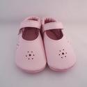 Piloo puhatalpú rózsaszín, pántos bőrcipő , Baba-mama-gyerek, Ruha, divat, cipő, Baba-mama kellék, Cipő, papucs, Bőrművesség, Varrás, Puha bőrből készült ez a cipőcske, balerinacipő formájú, pántos. Az elejét virág (a bőrből kiütött ..., Meska