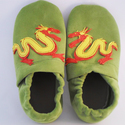 Kínai sárkány Piloo puhatalpú bőrcipő , Baba-mama-gyerek, Ruha, divat, cipő, Baba-mama kellék, Cipő, papucs, Bőrművesség, Varrás, Puha bőrből készült ez a cipőcske, az kínai sárkány díszíti.  Alapszíne zöld, a sárkány piros-sárga..., Meska