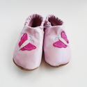 Puhatalpú bőrcipő, pillangós (14, 15 cm készleten), Baba-mama-gyerek, Ruha, divat, cipő, Baba-mama kellék, Cipő, papucs, Bőrművesség, Varrás,  Puhabőrből készült ez a cipőcske, felső részét pillangó díszítni. Az alapszín világos rózsaszín, a..., Meska