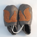 Puhatalpú bőrcipő mókusos (készleten 14, 14.5 cm), Baba-mama-gyerek, Ruha, divat, cipő, Cipő, papucs, Bőrművesség, Varrás, Puha, valódi juh- vagy marhabőrből készül ez a cipőcske.  Mókus minta dísziti.  Készleten lévő cipő..., Meska