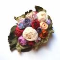 17 rózsából álló színes vintage csokor -textilékszer-rózsabross, Ékszer, óra, Otthon, lakberendezés, Bross, kitűző, Ékszerkészítés, Ennek a saját terveim alapján készült és exkluzív csokornak a rendkívüliségét a számos apró rózsafe..., Meska