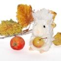 Fehér mókus, Dekoráció, Otthon, lakberendezés, Mindenmás, Egyszín? fehér szín? mókuska, bozontos farokkal.  Feje, teste fehér fonalból készített pompon. Lába..., Meska