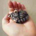 Tűnemez macska bross - nemez hasonmás cica kitűző, Ékszer, óra, Dekoráció, Bross, kitűző, Dísz, Nemezelés, Egyedi kézzel készített tűnemez cica bross, gyöngy szemmel.  Elküldött fotó alapján dolgozom, melye..., Meska