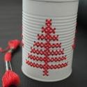 """""""Piros fenyő"""" - hímzett mécsestartó konzervdobozból, Otthon, lakberendezés, Dekoráció, Gyertya, mécses, gyertyatartó, Karácsonyi, adventi apróságok, Fémmegmunkálás, Hímzés, Egyszerű, letisztult és kedves megjelenés.  A termék alapanyaga konzervdoboz. Elkészítése során a fú..., Meska"""