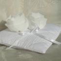 Exkluzív_gyűrűpárna_5, Esküvő, Gyűrűpárna, Varrás, Az általam készített és tervezett gyűrűpárna fehér színű nehéz selyem anyagból készült, melyet fehé..., Meska