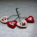 Kicsi karácsonyfadísz, Karácsonyi, adventi apróságok, Karácsonyfadísz, Varrás, Varrógéppel varrt 4 darabból álló szív alakú kollekció. Filcből készült, 3 cm-es nagyságú, vattával..., Meska