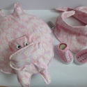 Rózsaszínű kislány babaszett, Baba-mama-gyerek, Játék, Gyerekszoba, Plüssállat, rongyjáték, Varrás, Nagyon aranyos babaszettet készítettem, mely három különböző terméket tartalmaz.  A szett egy vízil..., Meska