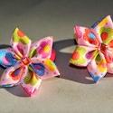 Kisvirág hajgumi, Ruha, divat, cipő, Hajbavaló, Hajgumi, Ékszerkészítés, Mindenmás, Ezeket a virágokat mintás ripsz szalagból készítettem és pici rózsaszín kővel díszitettem. Mérete k..., Meska