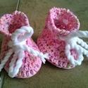 """Horgolt babacipő picit nagyobb pici lánynak, Baba-mama-gyerek, Ruha, divat, cipő, Gyerekruha, Baba (0-1év), Puha pamutfonalból horgolt cipőcske, újszülöttnek. Érdekessége a """"tavaszváró"""" virágokhoz hasonló kis..., Meska"""
