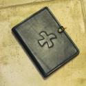Bőrtok Adoremus misenaptárhoz, Mindenmás, Férfiaknak, Vallási tárgyak, Bőrművesség, Valódi (kecske sevró) bőrből készölt fekete tok szürke vászon béléssel. A katolikus egyház havonta ..., Meska