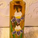 Íriszes váza, Dekoráció, Otthon, lakberendezés, Kaspó, virágtartó, váza, korsó, cserép, Festett tárgyak, 15 cm magas, téglalap alakú, de a sarkokon kerekített, borostyán sárga üvegvázára íriszeket festett..., Meska