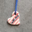 Kis szív medál, Ékszer, óra, Medál, Kerámia, Egyedi készítésű kis szív medál mázas kerámiából, kézzel festve, bőrszalagra fűzve. Kb. 3 cm.  , Meska