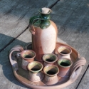 pálinkás szett, Konyhafelszerelés, Tálca, Kancsó , Kerámia, Pálinkás butella 6 pohárkával egy tálcán. Korongozott, belül zöld fényes mázas, kívül matt barna -b..., Meska