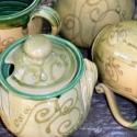 zöldkcskaringós teás szett, Konyhafelszerelés, Otthon, lakberendezés, Bögre, csésze, Kancsó , Kerámia, 2 személyes teázás kellékei őszi zöldben kacskaringókkal. Fél literes bögrék, kancsóval mézes edénny..., Meska