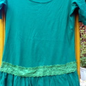Smaragd románca, Ruha, divat, cipő, Női ruha, Felsőrész, póló, Foltberakás, Varrás, Buggyos aljú pólóra derék  alatt,széles-zöld csipke dekort varrtam,amitől  romantikus darabbá vált ..., Meska