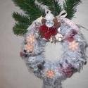 Szeleburdi szürke-ajtódísz, Otthon, lakberendezés, Karácsonyi, adventi apróságok, Dekoráció, Karácsonyi dekoráció, Virágkötés, Szürkés anyaggal bevont kopogtató, ajtódísz.20 cm-es szalma alapot vontam be ezzel a kicsit szőrös,..., Meska