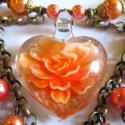 Narancsvirág - szett AKCIÓ!, Ékszer, óra, Ékszerszett, Ékszerkészítés, Kézzel készült szív üveg medál, benne egy narancsszín virág. Temérdek pezsgőszínű, óarany és naranc..., Meska