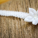 Fehér babapánt, Ruha, divat, cipő, Baba-mama-gyerek, Hajbavaló, Hajpánt, Varrás, Fehér színű textilből készült pici virág gyönggyel egy 1 cm széles fehér színű rugalmas csipkepánton..., Meska
