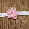 Rózsaszín hajpánt, Ruha, divat, cipő, Baba-mama-gyerek, Hajbavaló, Hajpánt, Varrás, Rózsaszín virág, gyönggyel a közepén. A fehér pánt 1 cm széles, rugalmas csipkéből készül, egyedi m..., Meska