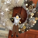 Mikulásos karácsonyi kopogtató, Dekoráció, Karácsonyi, adventi apróságok, Otthon, lakberendezés, Ünnepi dekoráció, Karácsonyi dekoráció, Virágkötés, A kopogtató átmérője 25 cm. Szalma koszorú az alapja, melyet plüss anyaggal vontam be, erre kerülte..., Meska