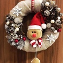 Sütifejes karácsonyi kopogtató, Dekoráció, Karácsonyi, adventi apróságok, Otthon, lakberendezés, Karácsonyi dekoráció, Virágkötés, A kopogtató átmérője 20cm. Szalma koszorú az alapja, melyet plüss anyaggal vontam be, erre kerültek..., Meska