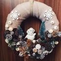 Baglyos karácsonyfás karácsonyi kopogtató, Dekoráció, Karácsonyi, adventi apróságok, Otthon, lakberendezés, Ünnepi dekoráció, Karácsonyi dekoráció, Virágkötés, A kopogtató átmérője 20cm. Szalma koszorú az alapja, melyet plüss anyaggal vontam be, erre kerültek..., Meska