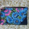 Telefontartó bőrrel és kék virágos textillel/ telefontok, Táska, Pénztárca, tok, tárca, Mobiltok, Varrás, Egyedi telefontartó bőrrel és egy különleges kék  virágos textillel, a  virágok széle csillogó.  Ez..., Meska