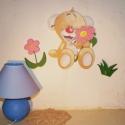 Maci virággal gyerekszoba dekoráció, Dekoráció, Otthon, lakberendezés, Falmatrica, Falikép, Festészet, Ez a kis kollekció barátságossá varázsolja a gyerekszobát. Lefotóztam esti fényben is, hogy láthass..., Meska