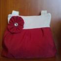 Virággal díszített táska, Táska, Ruha, divat, cipő, Válltáska, oldaltáska, Varrás, Piros színű anyagból készítettem ezt a táskát,melyet krémszínű anyaggal kombináltam.               ..., Meska