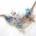 AKCIÓS Kék-lila virágok - réz nyaklánc, Ékszer, óra, Nyaklánc, Medál, Ékszerkészítés, Fémmegmunkálás, Vörösréz drótból, akril virágokból és üveggyöngyből készült nyaklánc. A merev rész szélessége kb. 9..., Meska
