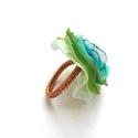 Organza gyűrű (zöld-kék), Ékszer, óra, Gyűrű, Ékszerkészítés, Fémmegmunkálás, Vörösréz drótból és világoszöld, kék organzából készült gyűrű. A virág kb 3,2 cm.  Állítható méretű..., Meska
