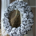 """Rózsakoszorú - """"Feketén a hófehér.."""", Baba-mama-gyerek, Otthon, lakberendezés, Dekoráció, Mindenmás, Újrahasznosított alapanyagból készült termékek, Virágkötés, 15 cm-es koszorú alapra készítettem rózsakoszorúmat. Szép, kellemes dísze lehet otthonodnak. Vidéki..., Meska"""