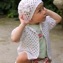 Hófehér horgolt kislány sapka virágdíszítéssel, Baba-mama-gyerek, Baba-mama kellék, , Meska