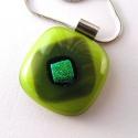 Kiárusítás! Zöldek üvegmedál, Ékszer, óra, Medál, Nyaklánc, Különböző zöld színű üvegekből olvasztottam a medált, zöldarany dichroic kocka díszíti.  Mérete 2,5 ..., Meska
