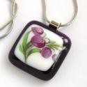 Lila virágos üvegmedál, Ékszer, óra, Medál, Nyaklánc, Szép lila virág díszíti ezt a színes üvegekből olvasztott medált. A kép bele van égetve az üvegbe, n..., Meska