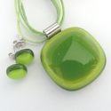 Csak zöld üvegékszer szett, Ékszer, óra, Ékszerszett, Nyaklánc, Vidám és friss színű üvegékszerszett, az üveget kemencében olvasztottam. A medál mérete kb. 2,5 cm, ..., Meska
