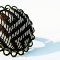Smaragd ékszerszett nyakkendőből (nyaklánc+gyűrű), Ékszer, óra, Nyaklánc, Ékszerszett, Ékszerkészítés, Drapp/arany alapon barna mintás, fényes nyakkendő anyagába behúzott gomb antik bronz színű sárgaréz..., Meska