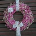 Nagy rózsaszín szarkaláb koszorú horgolt szalaggal-kalappal., Dekoráció, Otthon, lakberendezés, Ünnepi dekoráció, Virágkötés, A szárított szarkaláb a következő kedvencem a hortenzia után.Édesanyám horgolt szalagjával és kalapj..., Meska