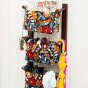Fali tartó 3 textil rekesszel - zsebes tároló - előszobai rendszerező - fekete alapon színes virágos mintával, Otthon, lakberendezés, Bútor, Tárolóeszköz, Famegmunkálás, Varrás, Falra szerelhető textil zsebes tartó Ez egy jól kihasználható, praktikus falra szerelhető fali táro..., Meska