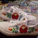 Rövid szárú kalocsai mintás cipő, Magyar motívumokkal, Ruha, divat, cipő, Cipő, papucs, Hímzés, Kézzel hímzett kalocsai mintás rövidszárú cipő. Rendelhető:36-41-es méretben.Fehér és fekete színben..., Meska