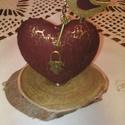 Key to my heart - vintage dísztárgy, Dekoráció, Esküvő, Dísz, Esküvői dekoráció,   Fa talpazaton, repesztőlakkal kezelt, bordó-arany színű,  hungarocell alapú szív, rajta antikolt b..., Meska