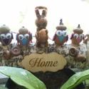 """""""HOME"""" Egyedi ajtódísz, kopogtató - vidám, színes termésfigurákkal, Dekoráció, Otthon, lakberendezés, Dísz, Ezeket a kedves, vidám teremtményeket fabrikáltam a természet ajándékaiból, makkból és törökmogyorób..., Meska"""