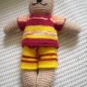 Öltöztetős horgolt cica játék, Baba-mama-gyerek, Játék, Játékfigura, Kedves, színes, horgolt cica.  Piros - sárga kötött pulóverrel és nadrággal lehet öltöztetni.  28 cm..., Meska