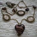 Szívek szállodája ékszer szett, Ékszer, óra, Ékszerszett,   A láncot és a karkötőt bronz-barna mintás üveggyöngyökkel és egy hasonló hatalmas üveg szív medáll..., Meska