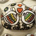 A csók - kőre festett madarak, Dekoráció, Otthon, lakberendezés, Dísz, Akrilfesték, üvegkontúr, porcelán és lakkfilc felhasználásával készült ez a kis magyaros ihletésű, b..., Meska