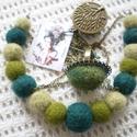 A zöld 50 árnyalata - nemez ékszer, Ékszer, óra, Ékszerszett, Gyűrű, Nyaklánc, A zöld különböző árnyalatai ból készült nemez ékszerszett, nyaklánc és gyűrű. A gyűrű és a medál bro..., Meska