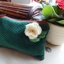 Fehér primula neszesszer kötött virággal, Táska, Neszesszer, Pénztárca, tok, tárca, Zsebkendőtartó, Varrás,  A bársony külsőt egy tavaszköszöntő virágunkat idéző kitűző díszíti. Belül virágos bélés idézi az ..., Meska