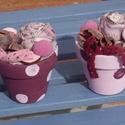 Rózsaszín pöttyös mini cserepes díszek - asztaldísz, Otthon, lakberendezés, Famegmunkálás, Virágkötés, 6 cm-es agyag cserepeket akril festékkel kezeltem. Tűzőhabot tettem azokba, majd saját készítésű te..., Meska