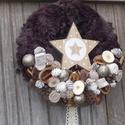 Sötétbarna szőrmés karácsonyi ajtódísz, Dekoráció, Karácsonyi, adventi apróságok, Ünnepi dekoráció, Karácsonyi dekoráció, Virágkötés, A 20 cm-es hungarocell alapot egy régi kötött sál anyagával és szőrmés szalaggal vontam be. Termése..., Meska