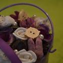 Lila malackás asztaldísz, Otthon, lakberendezés, Dekoráció, Virágkötés, Picike kaspóba lila, barna száraz termésekkel, művirággal, gyönggyel, fa díszekkel készített asztal..., Meska